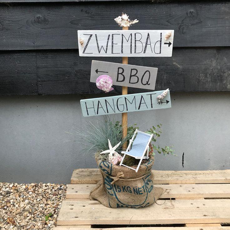 Paal met originele bordjes in pot met jutezak zomers opgemaakt te verkrijgen op CreAnoeska.nl