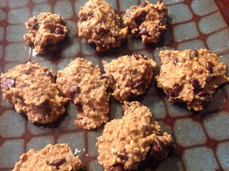 Sinless cookies Makes 12  100 calories each  Preheat 350  Mix together 2 ripe bananas 1 cup quick oats 1/2 dark chocolate chips 1 Tablespoon of peanut butter Pinch of cinnamon   Spoon onto cookie sheet and bake for 15 minutes!   They come out chewy and very rich!