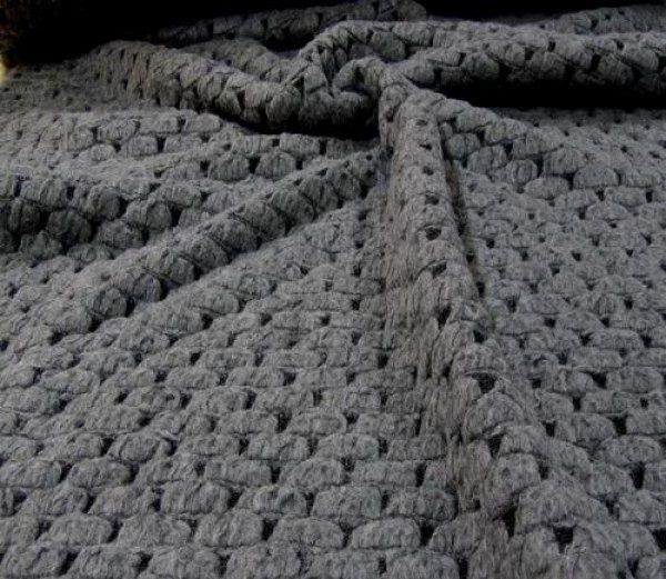 Grof gebreid vloerkleed Dit bijzondere grote grijze vloerkleed is met de hand gebreid van mooie dikke natuurlijke wol in een groffe stoere steek. Productdetails: • Gebreid vloerkleed Luxe wol • Gemaakt van sterke kwaliteit natuurlijke wol. Een mooie eye-catcher voor in uw interieur • Afmetingen: 230 cm lang, 150 cm breed (afmetingen kunnen iets afwijken door handwerk) • Kleur: grijs Materiaal: natuurlijke dikke wol gebreid in een groffe steek • Incl. Antislip