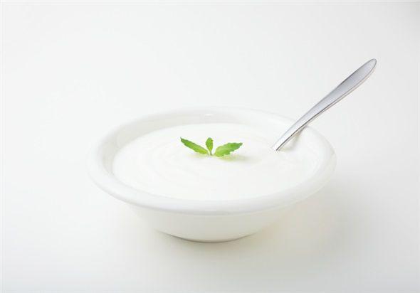 Düşük yağlı yoğurt: Yoğurtta bulunan faydalı bakteriler barsakları ve sindirim sistemini düzenler rahatlamayı sağlar. Bunun yanında kadınlarda mide ülseri ve vajina enfeksiyonu risklerini azaltır.