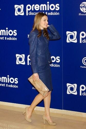 http://www.fashionassistance.net/2013/03/dna-letizia-repite-traje-de-cuero-azul.htmlFashion Assistance: Dña. Letizia repite traje de cuero azul de Hugo Boss