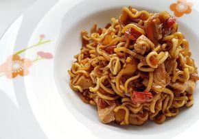 Γιατί να παραγγείλεις κινέζικο όταν μπορείς να φτιάξεις εύκολα μόνος σου πεντανόστιμα νουντλς με κοτόπουλο;