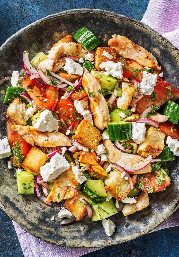 Hähnchenbrust auf griechischem Salat mit Hirtenkäse und knusprigen Fladenbrotwürfeln