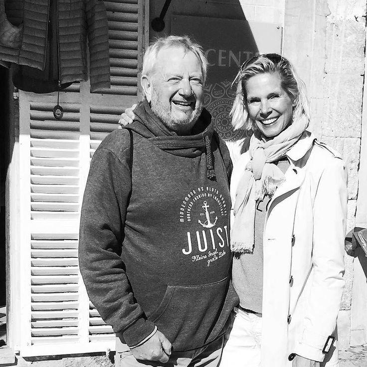 """Moin das ist MEGA! Zwei Juist Fans lernen sich aufgrund des """"Juist Hoddies"""" auf Mallorca kennen. Liebe Grüße an Euch Beiden und genießt Eure Lieblingsinseln! Unser Dank für dieses tolle Bild geht an @lieblingsflecken   Tagt Eure besten Strand- und Inselfotos mit #lanautique. Wir veröffentlichen täglich unsere Favoriten. Ahoi! ------------------------ #nordsee #ostsee #küste #meer #urlaub #insel #amrum #wangerooge #juist #borkum #rügen #fehmarn #sanktpeterording #baltrum #norderney #sylt…"""