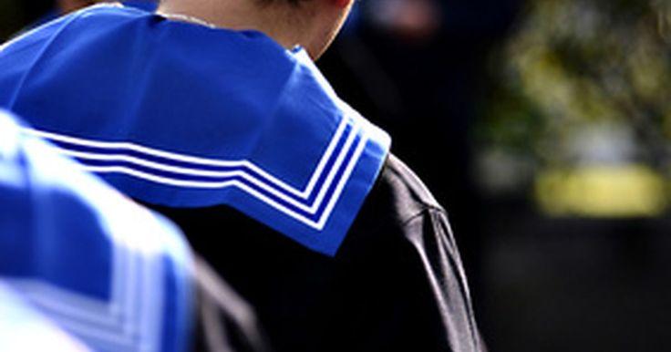 Cómo hacer un traje de marinero. Desde el animé hasta el patriotismo, los trajes de marinero son una elección popular de disfraz. Para un aspecto tradicional, selecciona telas y ropas que sean azul marino o blancas. Si el color no importa, escoge cualquier tela o motivo adecuado para la ocasión. Lo que hace que el traje de marinero sea tan sencillo de reconocer es el cuello de la ...