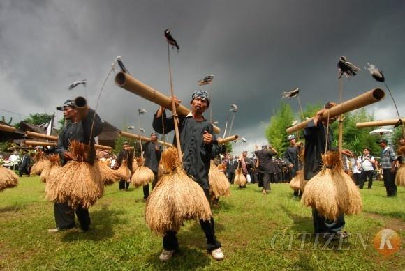 Seren Taun. Sunda. Jawa barat. Uapcara syukur atas hasil bhumi.
