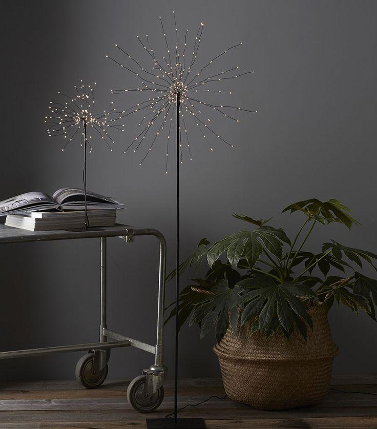 Fireworks er en strålende fin dekorasjon å ha fremme til hverdags og fest. Stjernen er beregnet på innendørs bruk og har 200 små LED lamper som gir et gnistrende skinn.