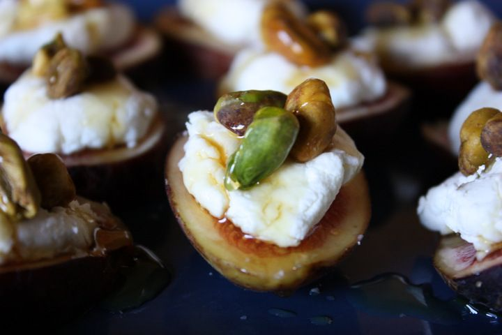 Fresh figs with goat cheese pistachios and honey recipe for Canape with cheese