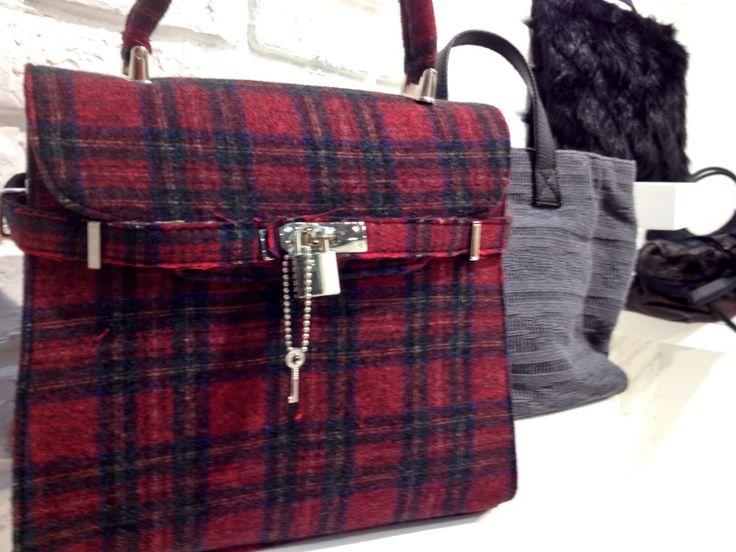 Second day della Fiera di Linea Pelle!!! Vi aspettiamo!!! Pad 15 - B 21 ***Accessori realizzati con i nostri tessuti*** Questa borsa è realizzata con tessuto tartan originale.