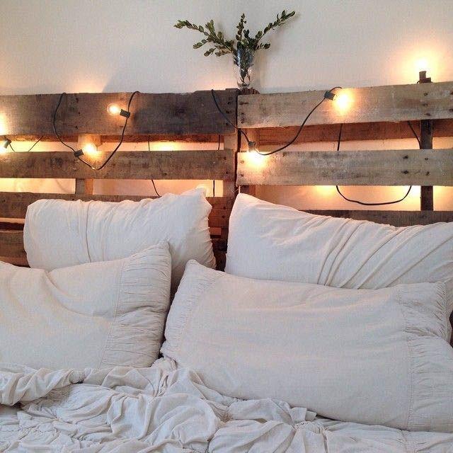 Rama in sängen med lastpallar. Pallets headboard,