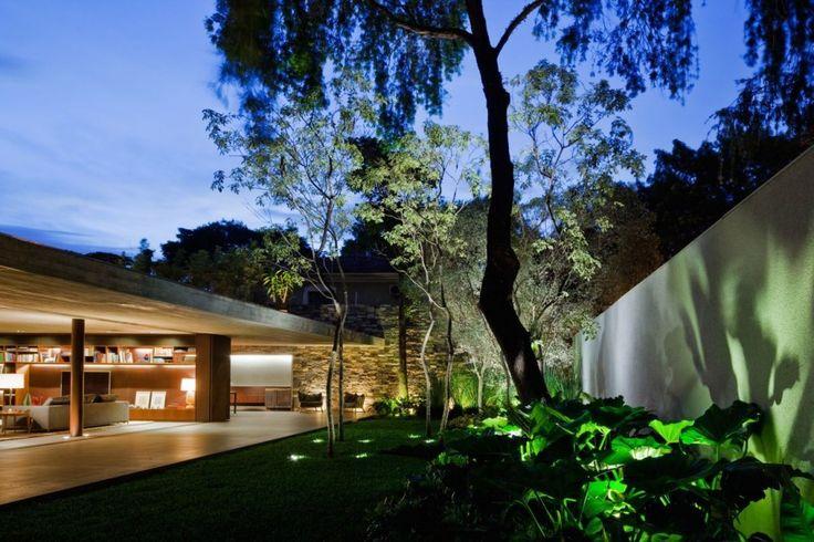 V4 house / Studio mk27 – Marcio Kogan + Renata Furlanetto - garden lighting / minimal planting