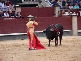 Tercio de muerte. Durante este tercio tiene lugar el enfrentamiento del matador con el toro. El matador realiza la faena de la suerte de muleta y posteriormente le da muerte con el estoque.