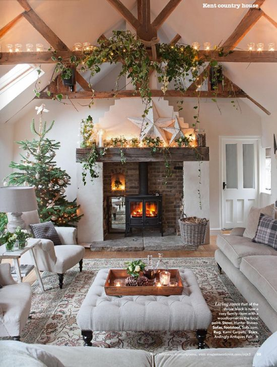 Would love to spend a Christmas day in this beautifully holiday decorated cottage living room