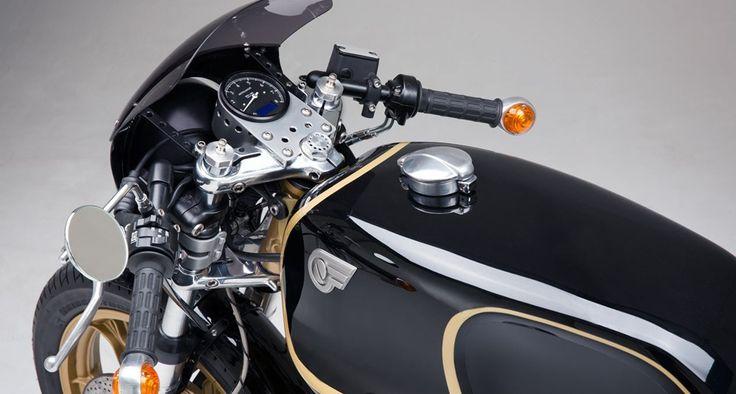 """Keine zwei Monate ist es her, da wurde das erste offzielle Lotus-Motorrad enthüllt. Dem High-Tech-Bike im Science-Fiction-Look setzt Axel Budde nun mit seiner neuesten Kaffeemaschine ein klassisches Custom-Motorrad entgegen. Für den Berliner KundenArnd Rohrlapper entwickelte Budde zunächst das Konzept: """"Meine Grundidee war ein Zweirad-Pendant zum Lotus Esprit World Champion von 1978"""", erklärt der Konstrukteur."""