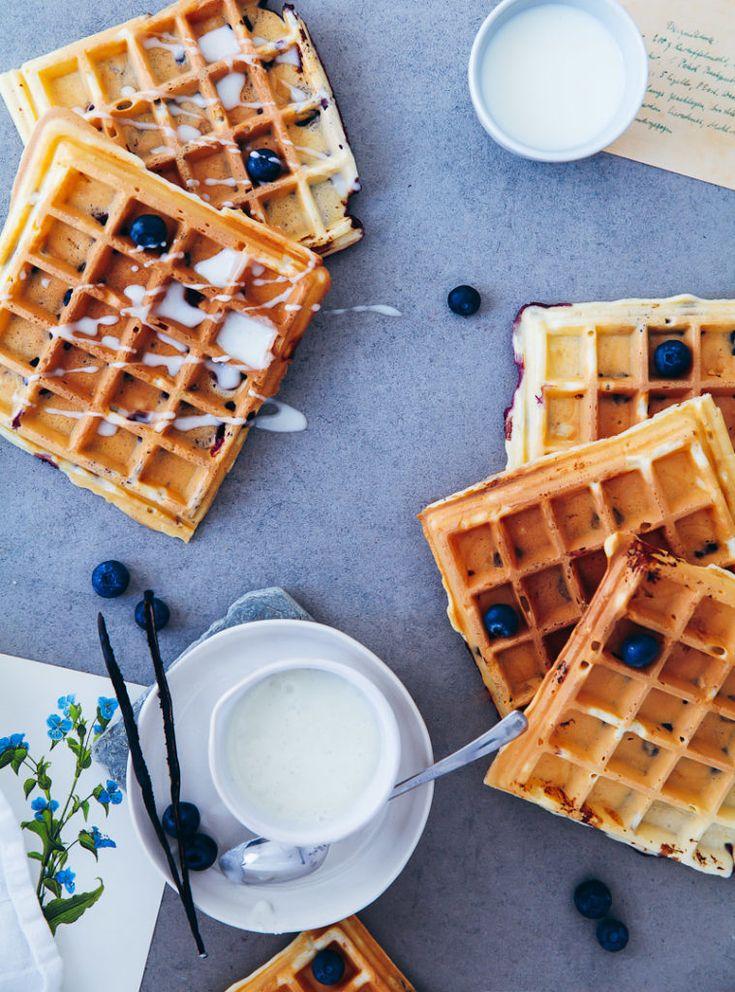 Blaubeer Waffeln mit griechischem Joghurt und Vanille Zuckerguss zuckerzimtundliebe blueberry waffles vanilla glaze einfacher waffelteig blaubeerrezept brunchidee frühstück zuckerzimtundliebe foodblog foodstyling food photo