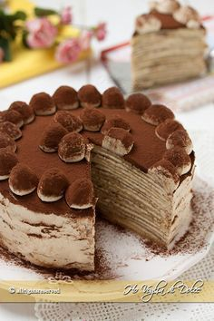 Torta di crepes tiramisù un dolce originale, fresco, senza forno con strati di crepes ed un ripieno di crema al mascarpone, cioccolato e caffè. Buonissima!