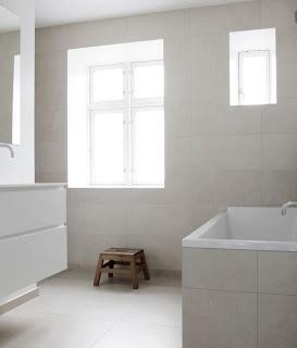 Lyse, beige fliser på gulv og vegger, rene og fine linjer :)
