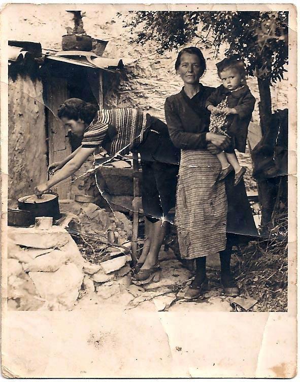 Οι Αρχάνες - RETRONAUT - LiFO    Στην φωτογραφία : Αγλαϊα Κουτουλάκη,Χρυσάνθη Κουτουλάκη και Μαρία Γριβάκη (μικρό κορίτσι) αργότερα Μπετεινάκη, στην αυλή του σπιτιού τους, Αρχάνες 1944. H μαγειρική γινόταν έξω από το σπίτι όπως και τα μαγειρικά σκεύη φυλάγονταν στην οροφή της παράγκας. Δύσκολες εποχές Πηγή: www.lifo.gr
