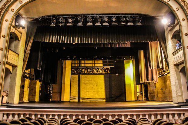 El Teatro 'Guillermo Valencia' conserva el frente republicano francés y guarda los colores pastel: amarillo y verde, que son de arraigo desde aquel 22 de diciembre de 1927 cuando abrió sus puertas al público.