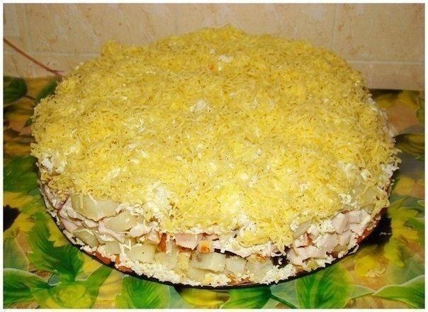 Салат слоеный с копченой курицей и ананасами