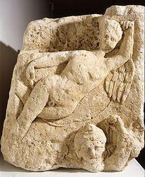 Mausolée (stèle monumentale) : génies nus, ailés et coiffés du bonnet phrygien. Nantes