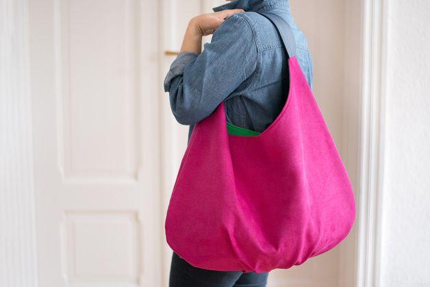 Serie GROßE Große geräumige Tasche - Sack XXL aus Alcantara. Kontrastreicher Handgriff und Futter. Innenfutter mit einer großen zweifachen Tasche und einer kleineren mit Reißverschluss. Verfügt...