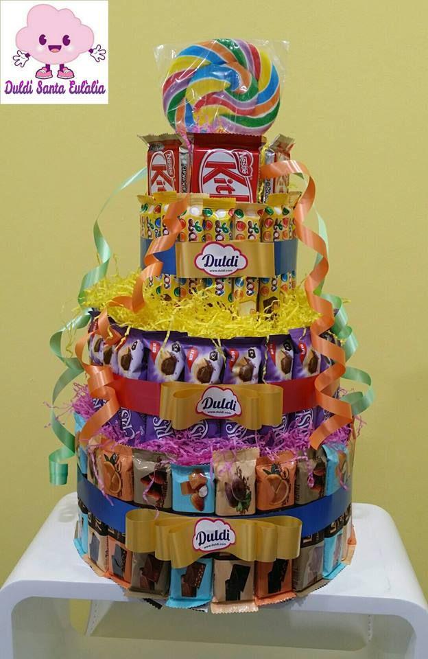 Irresistible tarta de Duldi Santa Eulàlia hecha con chocolatinas varias La Casa, Nestle, Milka, Kitkat, Lacasitos y Crispello, para los amantes del chocolate.