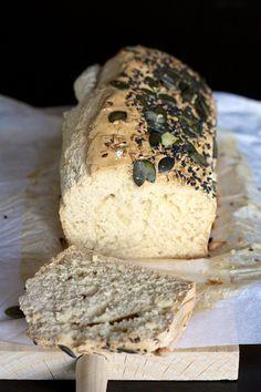 pain de mie sans gluten      285g de farine sans gluten à pâtisserie, le mix C de Schär     1 oeuf     1 ct de sel     1 cuillère à soupe de sirop d'agave     1 cc de bicarbonate de soude     1 sachet de levure de boulanger instantanée     300ml d'eau tiède     3 CS d'huile de noix     Des graines pour décorer