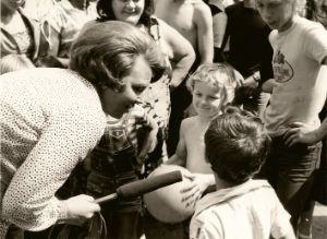 Kroonprinses Beatrix maakt in 1979 een film waarin ze ruim aandacht besteedt aan de problemen van 'buitenlandse kinderen' in Nederland.