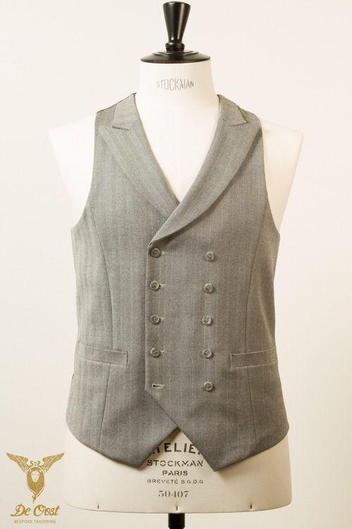 Grijs visgraat doublebreasted vest met opgesneden revers en een charcoal satijnen voering aan de achterkant.