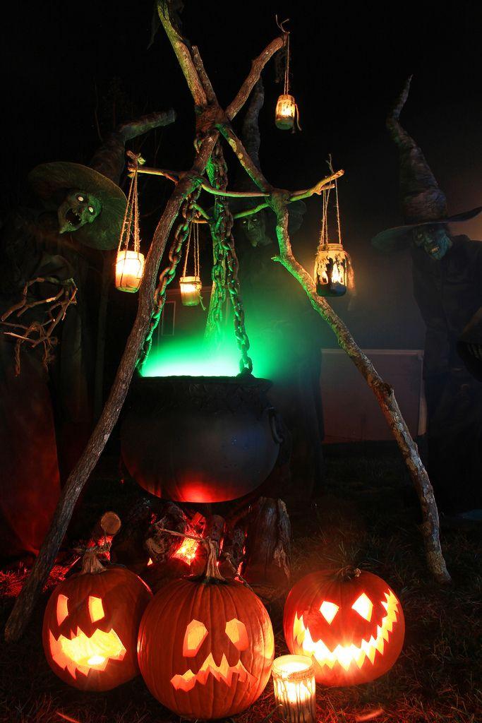 Ведьма у двери в компании фонарей Джека очень удачный вариант украшения входа в дом