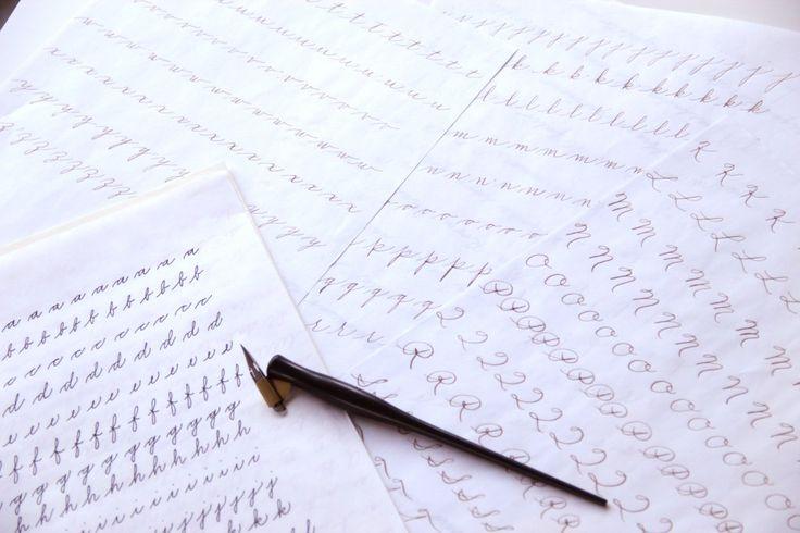 Per chi come me è alle prime armi con la calligrafia l'American Cursive Handwriting è lo stile perfetto. Mi cisono imbattuta consultando i materiali dei corsi che su questo tema sono stati tenuti dalla maestra Barbara Calzolari, ai quali purtroppo non sono riuscita a partecipare.Ho deciso quindi di documentarmi e provare a studiare da sola, e ti assicuro che online i materiali gratuiti non mancano. Ho scoperto poi che si tratta di uno stileideale per i principianti per varie ragioni: è…