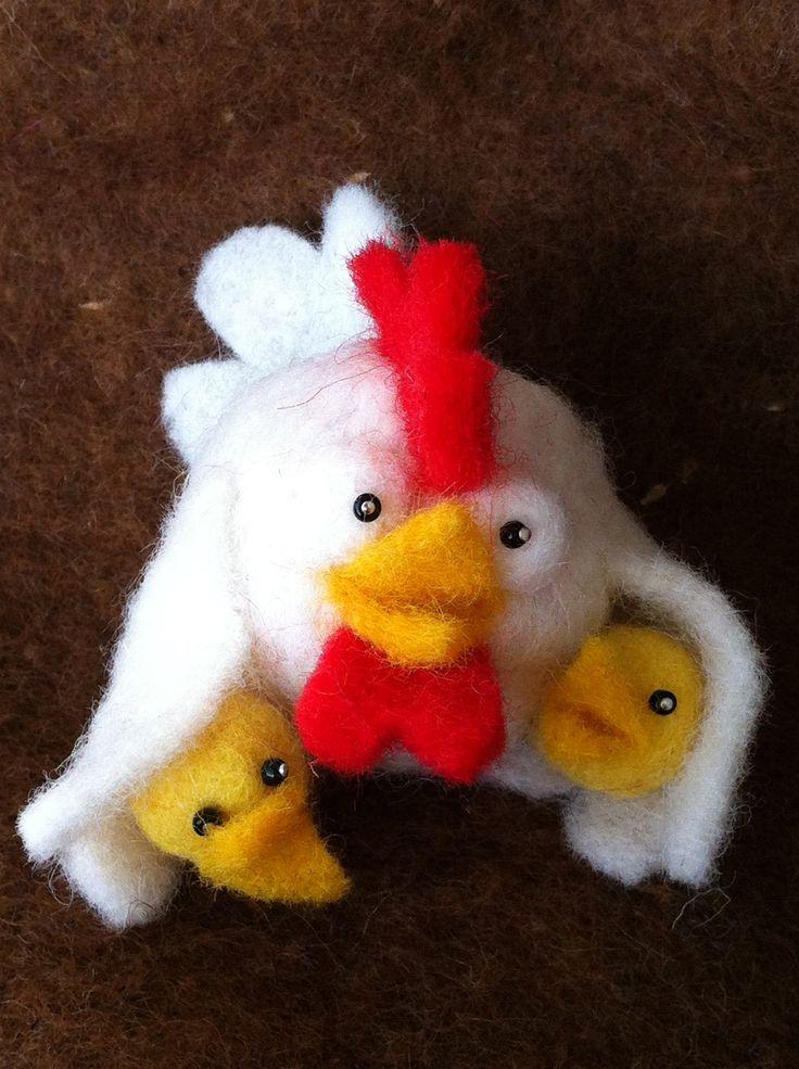 Kleine kip met kuikens gemaakt van Wolballetjes & Fleece2Felt van De Witte Engel