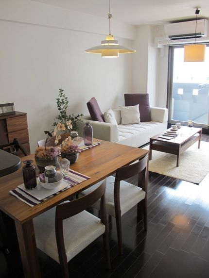 ダークブラウン色の床材にウォールナット無垢材の家具でコーディネートした実例をご紹介します!