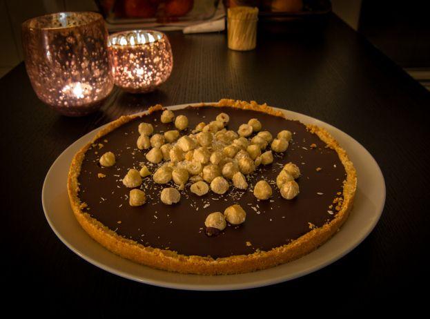 Chocolade hazelnoottaart. Glutenvrij, melkvrij, eivrij, dus bijna-alles-vrij en paleo. Maar oh zo lekker!