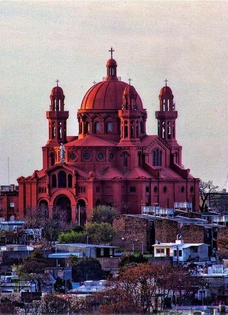 Santuario Nacional del Sagrado Corazón de Jesús, ubicado en el barrio llamado Cerrito de la Victoria, en Montevideo. Su diseño se asemeja a la Basílica del Sagrado Corazón de Montmartre, París.