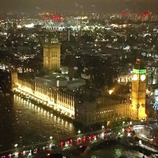 Instagram【migpinon】さんの写真をピンしています。 《* ロンドンアイのてっぺんから🌟 * 日本からネットで事前にファストパスを購入して 行ったのですが…ほんと大正解でした❗️ * #ロンドンアイ #ビッグベン #テムズ川 #夜景 #ロンドン #londoneye #bigben #thamesriver #nightview #london #2017元日》