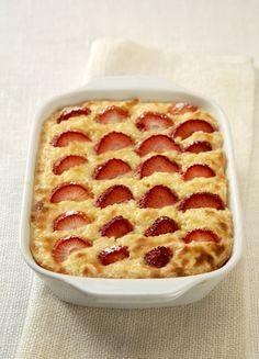 Ingredience: rýže 400 gramů (vařená nebo dušená), jahody 250 gramů, mléko 5 decilitrů, cukr krystal 100 gramů, vejce 3 kusy, cukr vanilinový 3 balení, skořice 1 špetka (mletá), sůl 1 špetka, tuk (na vymazání pekáčku), strouhanka (na vysypání pekáčku).
