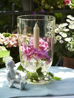 Blumen und Kerzen, unsere Lieblingskombination im Sommer. Heute Abend sorgt dieses zauberhafte Windlicht für das richtige Licht. So einfach geht es.