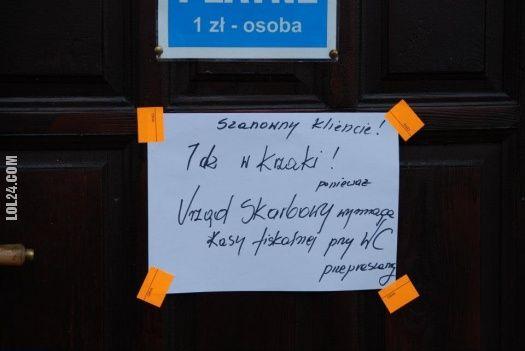 Urząd Skarbowy i kasa fiskalna w toalecie.