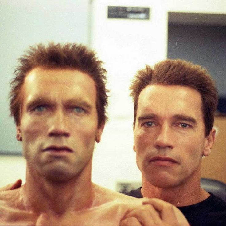 Arnold Schwarzenegger posando com seu duplo animatronic para Terminator 2: Judgement Day: Moviesinthemaking