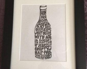 Mooi ingelijst wijn print wall art. Digitale zwart-op-wit print gedrukt op 80# Titan Matte Coverstock, ingelijst in een zwart frame met een