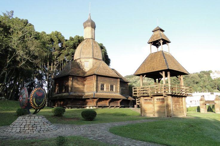O Parque Tingui foi inaugurado em 1994 com 380 mil m² de área, às margens do rio Barigui. Possui lagos, pontes de madeira cobertas, parque infantil, ciclovia e bastante área verde. Uma ótima opção de lazer em Curitiba. O Memorial Ucraniano é uma das principais atrações do Parque.