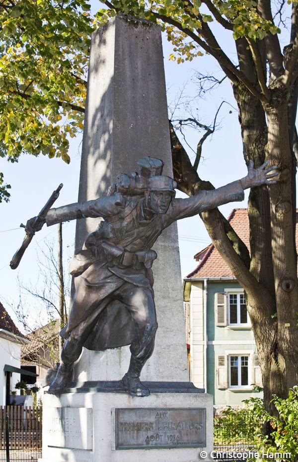 Dornach (68) : Monument commémoratif de la Bataille de Mulhouse – Août 1914. « Honneur aux combattants du 35e RI », par le sculpteur Eugène Désiré Piron, après 1920. La Bataille de Mulhouse connue sous le nom de Bataille d'Alsace, débuta le 7 août 1914. © Christophe Hamm