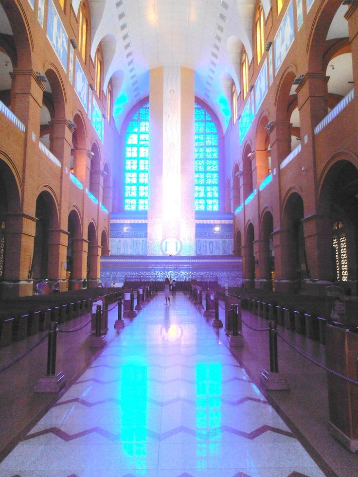 Interior de la Basílica de Aparecida, Brasil