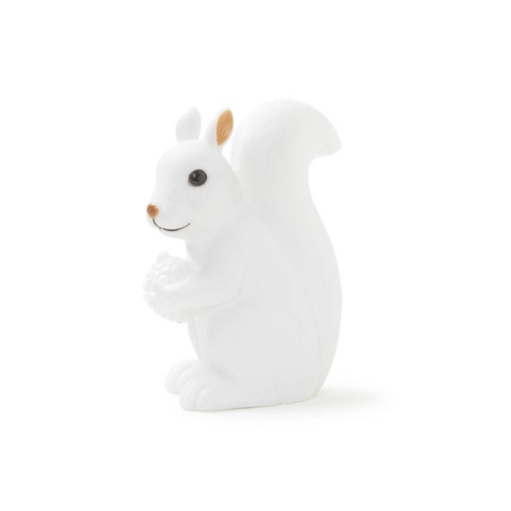 Veilleuse écureuil en PVC grand modèle. Lumière de couleur blanche. Dimensions 1.1x7.9x18.3cm. Fonctionne avec 3 piles LR44 (1.5V) fournies. LED 3.2V 0.02A 0,064W.  Produit soumis au test ROHS.