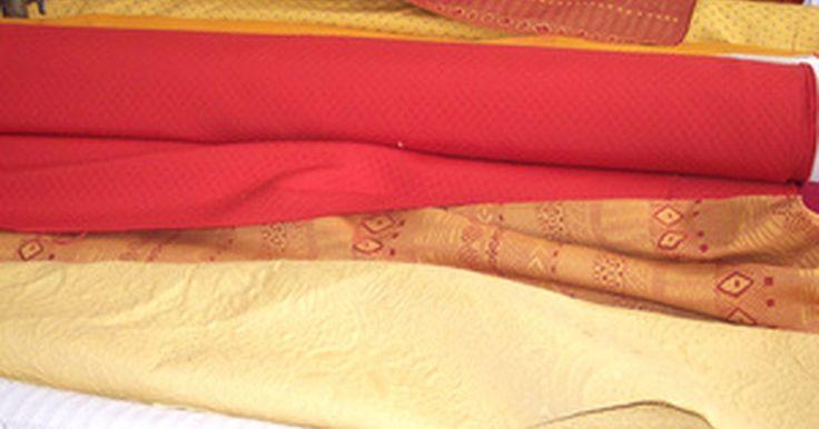 Cómo coser con gasa. La gasa es usa una tela pura y abierta, suave, aunque firme, hecha de seda, algodón o rayón, que se usa para hacer blusas, vestidos de verano y cortinas. Las características de ligereza y semirigidez de los hilos muy girados les lleva a unirse bien. Coser con gasa toma en cuenta la textura hirsuta de la tela, que es similar al organdí y la ...