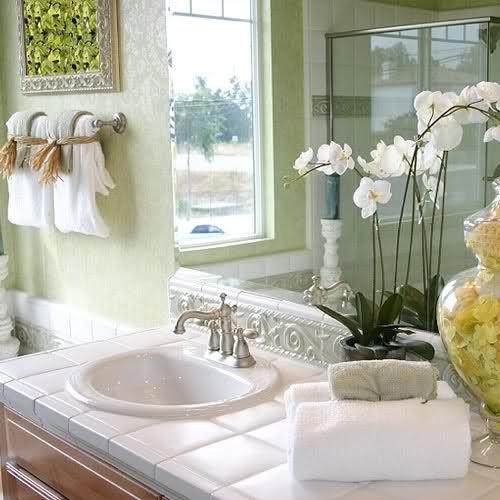 Принципы #фэн-шуй для ванной комнаты и туалета. Для фэн-шуй #ванной комнаты и санузла уместна цветовая гамма в тонах, гармонирующихсо стихией Воды.  В ванной #энергия Инь чрезмерно сильна, потому для баланса Инь-Ян дополните #интерьер небольшими элементами янской энергии.  Правильный фэн-шуй ванной комнаты и туалета не допускает оформлять интерьер санузла с использованием красных, желтых, оранжевых цветов. Все лишнее, чем вы регулярно не пользуетесь, храните в навесных шкафчиках. #санузел