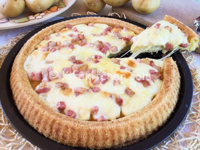 La crostata di patate è uno sfizioso piatto unico. Una morbida base di patate farcita con formaggi e pancetta. Ricetta facile e veloce.