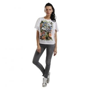 Tricoul are un design complex, print supradimensionat, spate din voal, maneci fluture.
